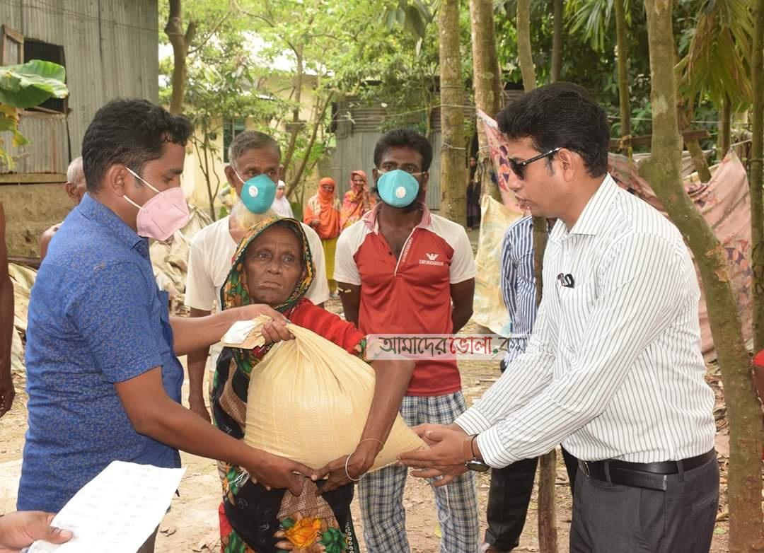শিক্ষার্থীর ফোন পেয়ে খাদ্য সামগ্রী নিয়ে হাজির ভোলার ইউএনও