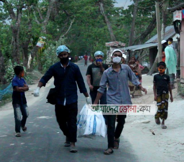 """ভোলায় বেড়িবাঁধে """"আনন্দ পাঠশালার"""" শিক্ষার্থীদের মাঝে সাবান, মাক্স ও খাদ্য সামগ্রী বিতরন"""